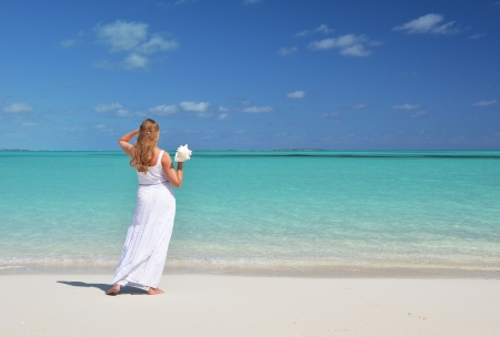 coolie hat: Girl with a shell in the hand on the beach of Exuma, Bahamas