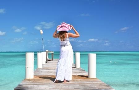 donna ricca: Ragazza sul pontile di legno. Exuma, Bahamas