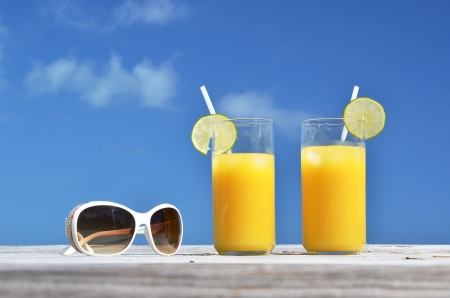 太阳镜和橙汁