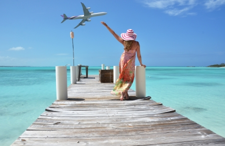 Mädchen auf dem hölzernen Steg Exuma, Bahamas