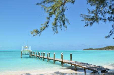 Jacht op de houten steiger Exuma, Bahama's Stockfoto