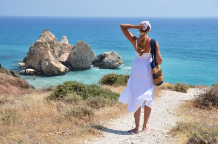 afrodita: Chica caminando a la playa en el lugar de nacimiento Afrodita, Chipre Foto de archivo