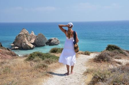 afrodita: Chica caminando a la playa, cerca de Afrodita natal, Chipre Foto de archivo