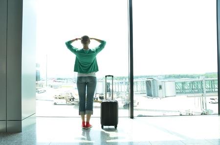 空港の窓の少女 写真素材