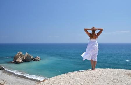 Ragazza che guarda al mare vicino Aphrodite luogo di nascita, Cipro