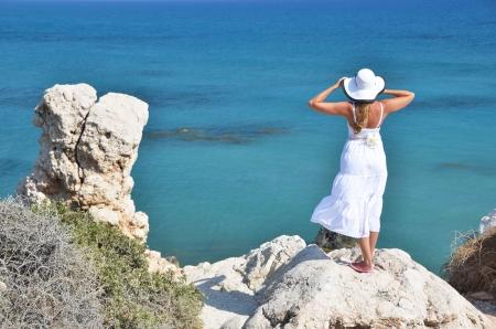 afrodite: Ragazza che guarda al mare vicino Afrodite luogo di nascita, Cipro