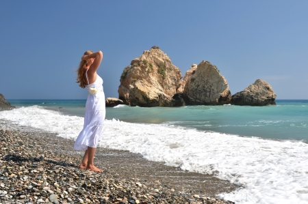 afrodita: Muchacha que mira al mar, cerca de Afrodita natal, Chipre Foto de archivo