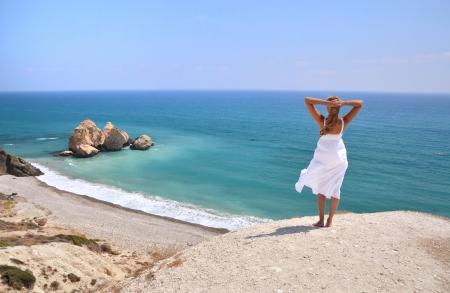 Mädchen auf dem Meer in der Nähe von Aphrodite Geburtsort, Zypern suchen