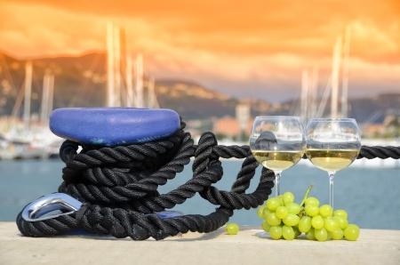 Weingläser und Trauben auf der Yacht Pier von La Spezia, Italien