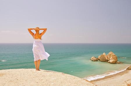 afrodita: Muchacha que mira al mar, cerca de lugar de nacimiento de Afrodita, Chipre Foto de archivo