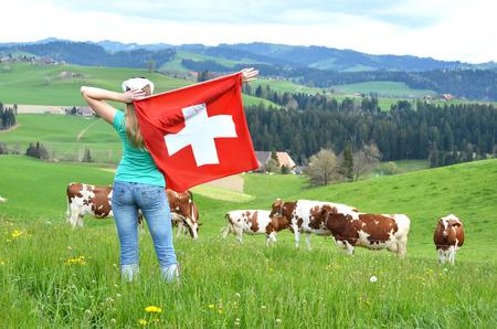 swiss alps: Dziewczyna trzyma szwajcarskiej flagi. Emmentaler, Szwajcaria