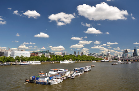 cielo despejado: Londres sobre el río Támesis