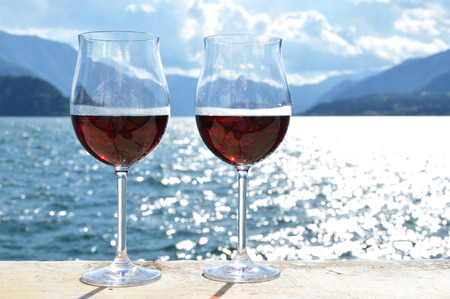 两个葡萄酒杯。瓦伦纳镇在科莫湖,意大利