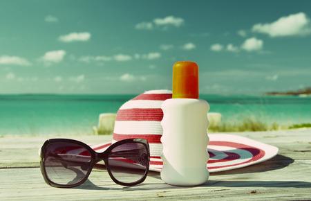 Hoed, zonnebril en zonnebrandolie. Exuma, Bahama's