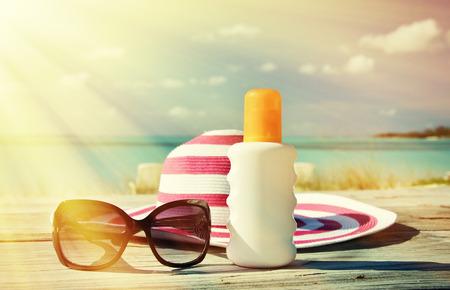Hut, Sonnenbrille und Sonnencreme. Exuma, Bahamas Standard-Bild