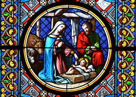 キリスト降誕のシーン。ステンド グラスの窓 報道画像
