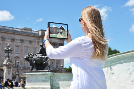 buckingham palace: Buckingham Palace on the screen of a tablet pc