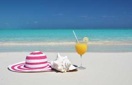 chapeau de paille: Chapeau et jus d'orange. Exuma, aux Bahamas