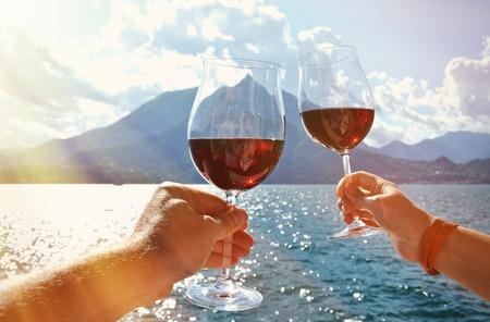 手里的两个葡萄酒杯。瓦伦纳镇在科莫湖,意大利