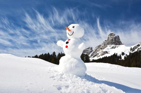 bonhomme de neige: Dr�le de bonhomme de neige contre les Alpes suisses