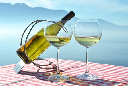 bouteille de vin: Vin contre lac Léman. Lavaux, Suisse