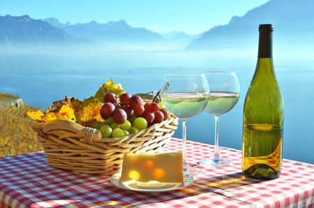 on lake: Wine and grapes against Geneva lake, Switzerland