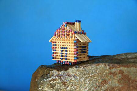 Das kleine Match-Haus steht auf der Klippe am Meer. Standard-Bild