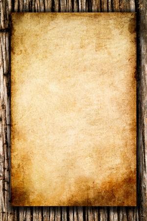 wooden pattern: vecchia carta ruvida sullo sfondo di legno Archivio Fotografico