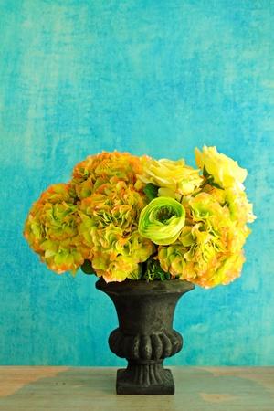 arreglo floral: se levantó en el florero para la decoración retro