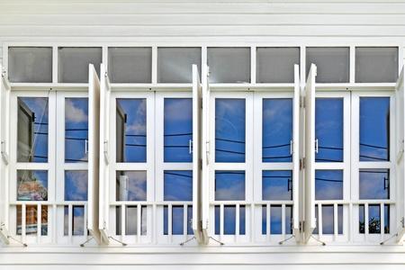 ventanas abiertas: ventana en blanco con el cielo azul