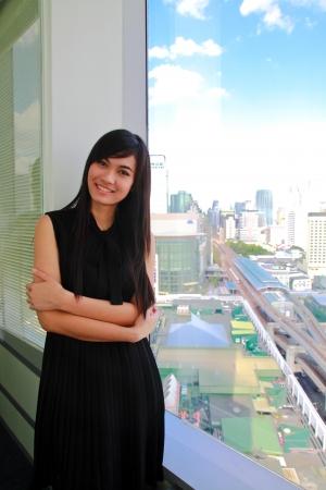 Une jolie femme d'affaires asiatique au bureau Banque d'images