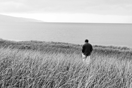 hombre solitario: Hombre solitario en el campo en blanco y negro Foto de archivo