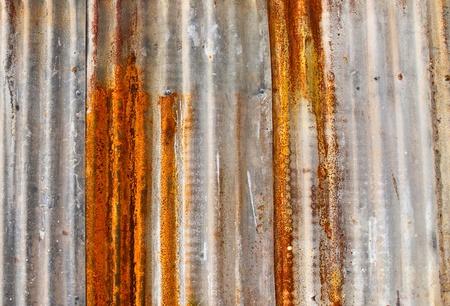 rust red: Antiguo muro de metal corrugado oxidado