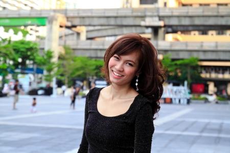 Joven mujer asiática bastante sonriente