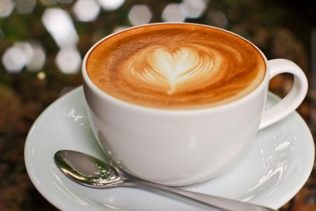 Cappuccino o café con leche con forma de corazón