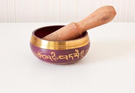 singing bowl: Nepal canto ciotola sul tavolo bianco