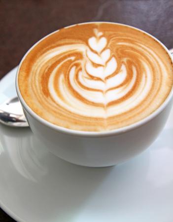 Tazza di latte art su un cappuccino Archivio Fotografico