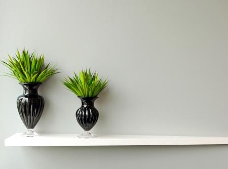 shelves: Planta verde en florero negro adornado para la habitaci�n Foto de archivo