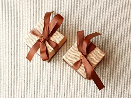 Dwa pudełka prezent luksusowy ze wstążką i łuk