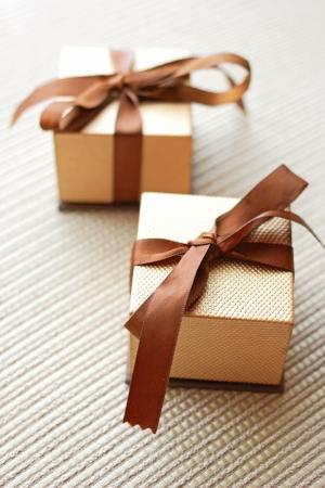 リボン蝶結び付きの 2 つの贅沢なギフト ボックス 写真素材