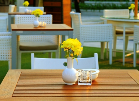 Asztal és szék beállítása virággal a szabadtéri étterem