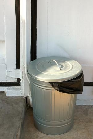 Basura de acero puede con plástico negro Foto de archivo