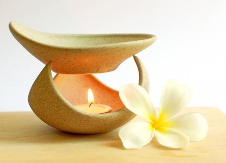 Lámpara de aromaterapia con flores y velas Foto de archivo