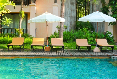 Chaises de plage et parasol c?t? piscine