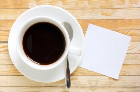 Prázdný papír s horkým šálkem kávy