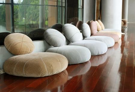 Подушка сиденья в тихом интерьер комнаты для медитации