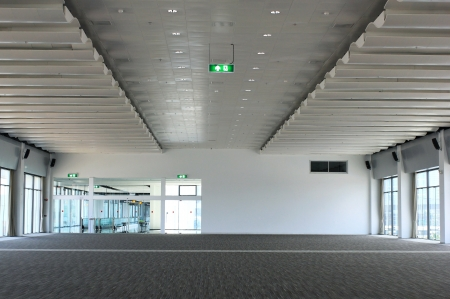 Prázdný sál kancelářské budovy se světly