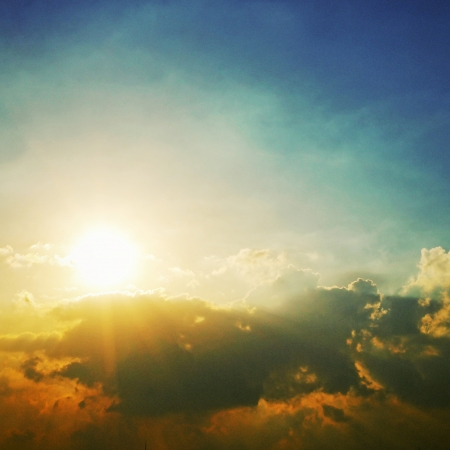 Dramatische hemel met wolken en zon Stockfoto
