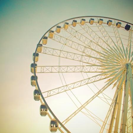 Ruota panoramica con cielo blu, con effetto retroattivo Archivio Fotografico