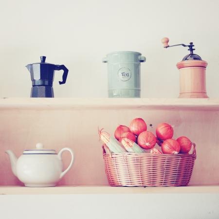 복고풍 필터 효과와 함께 부엌에서 차와 커피 장비